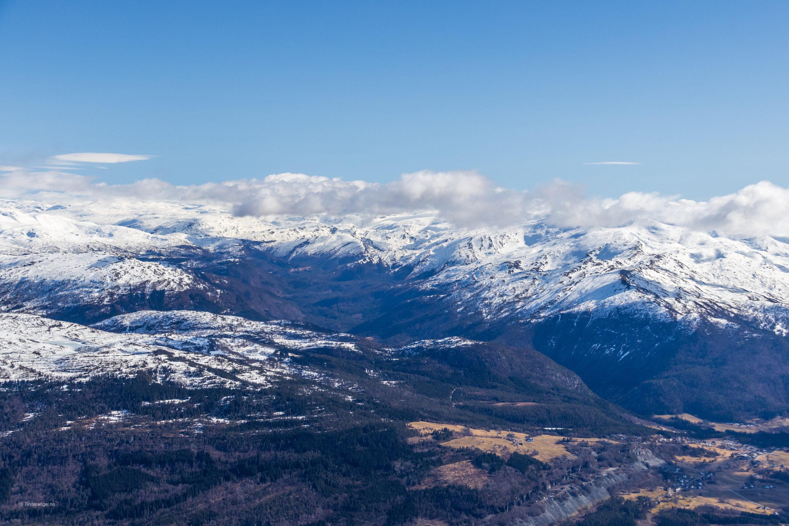 Raundalen og Raundalsryggen sett fra toppen av Lønahorgi.