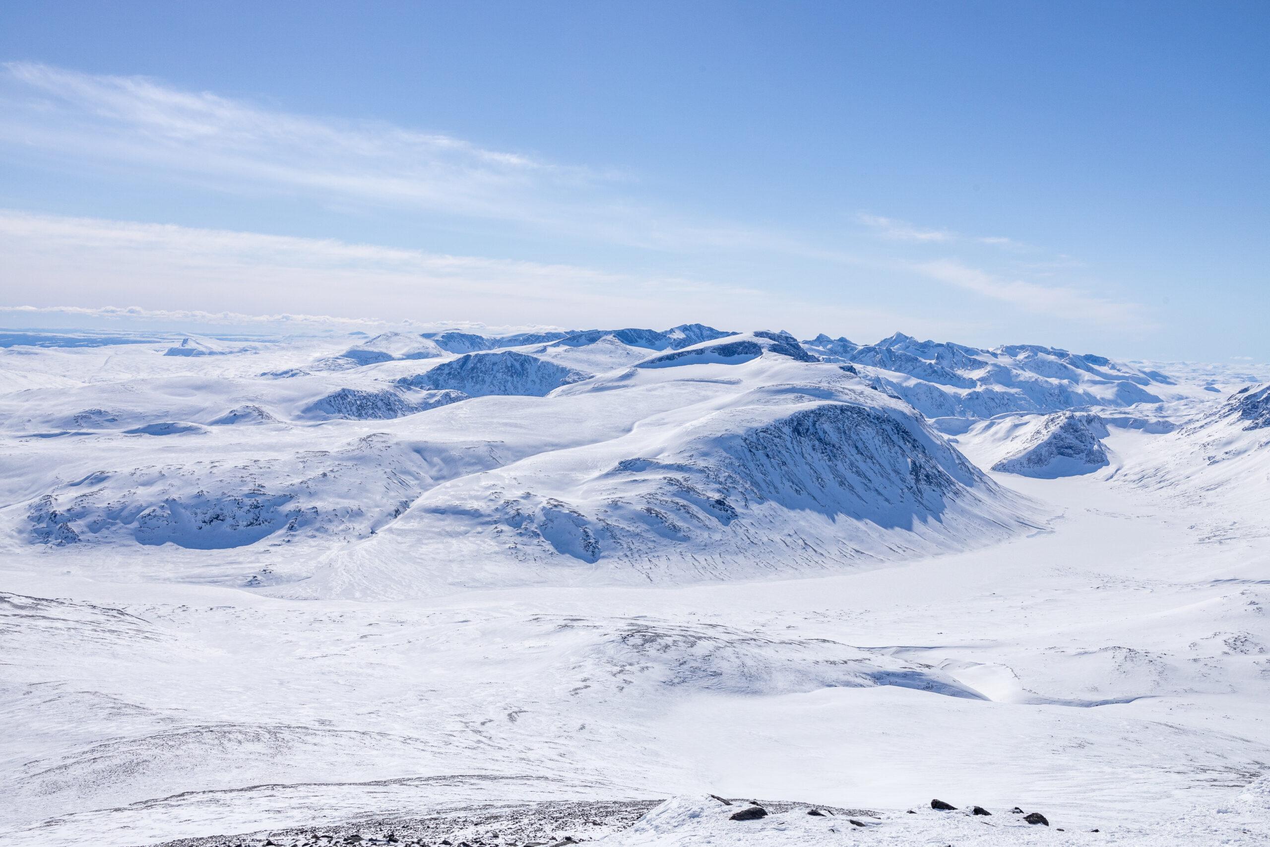 Utsikt mot sørvest fra Nautgardstinden mot Besshøe, Russvatnet og Gjendealpene.