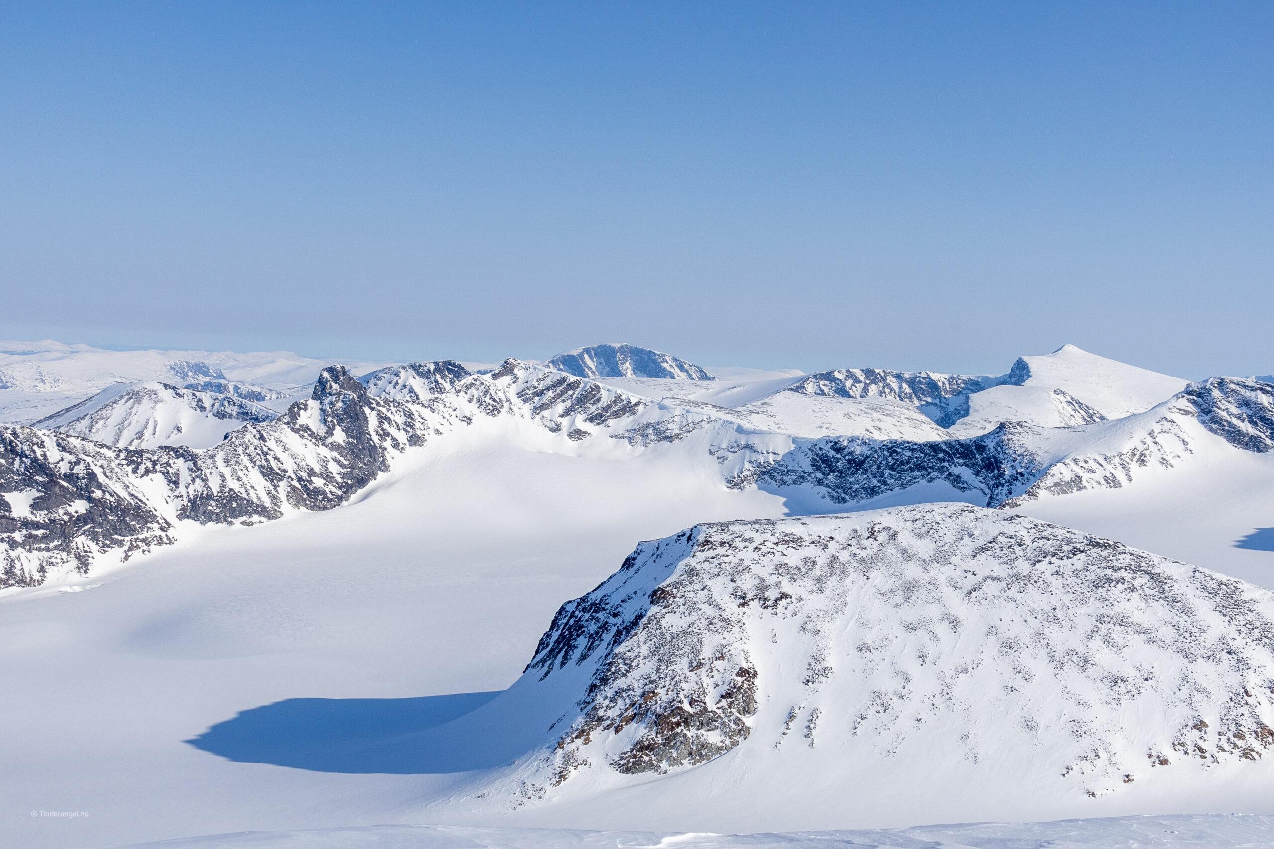 Fra toppen av Leirhøe har en utsikt ned mot Veobrean og Veotindene.