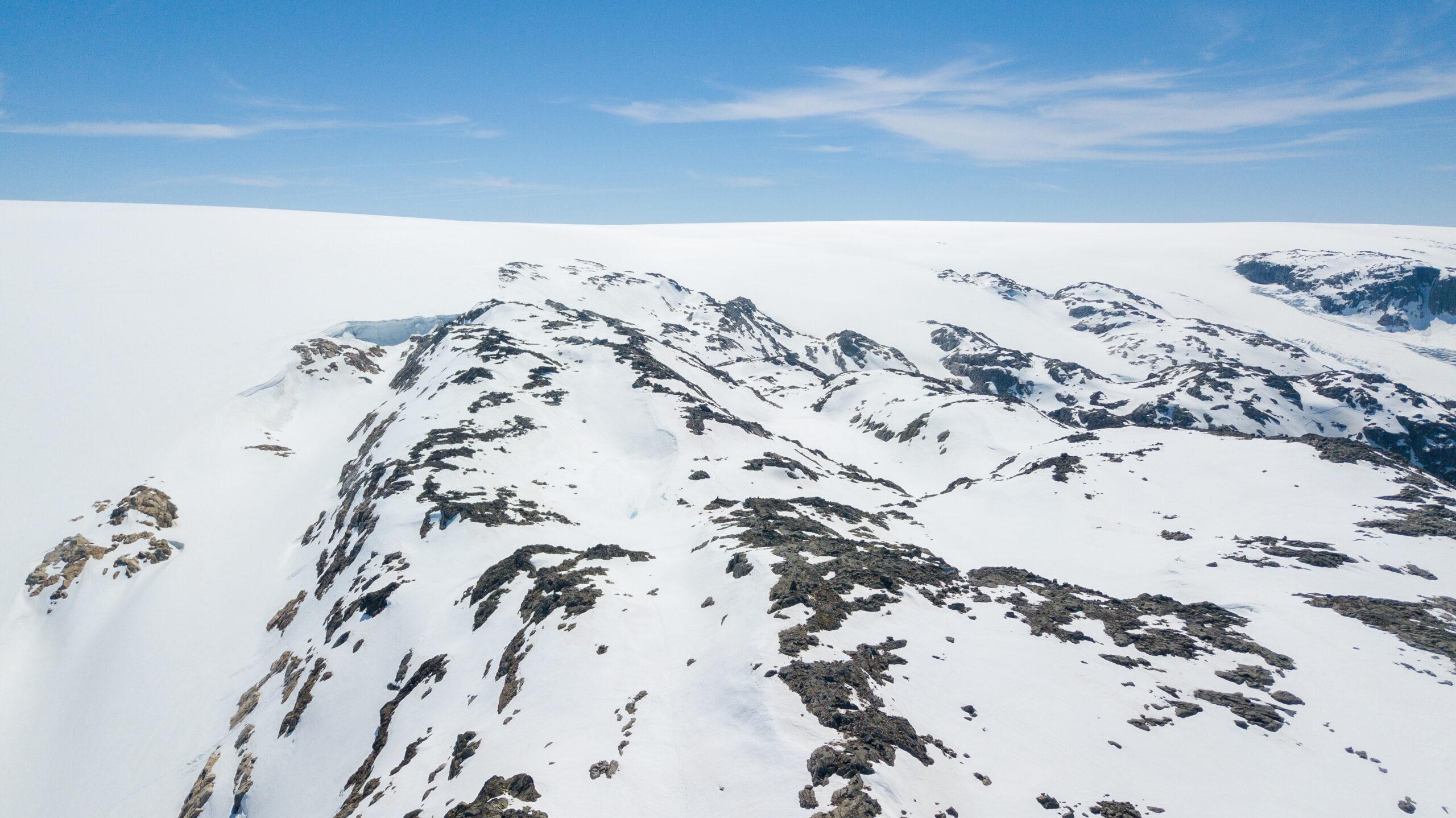 Fjellryggen Fonnanuten strekker seg ut fra Folgefonna med Bredablikkbrea til venstre.