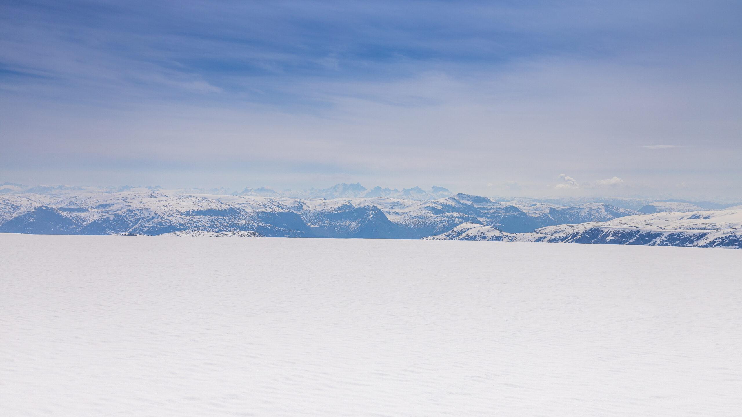 Fra Høgste Breakulen ser en den vestlige delen av Jotunheimen og Hurrunganes kvasse tinder.