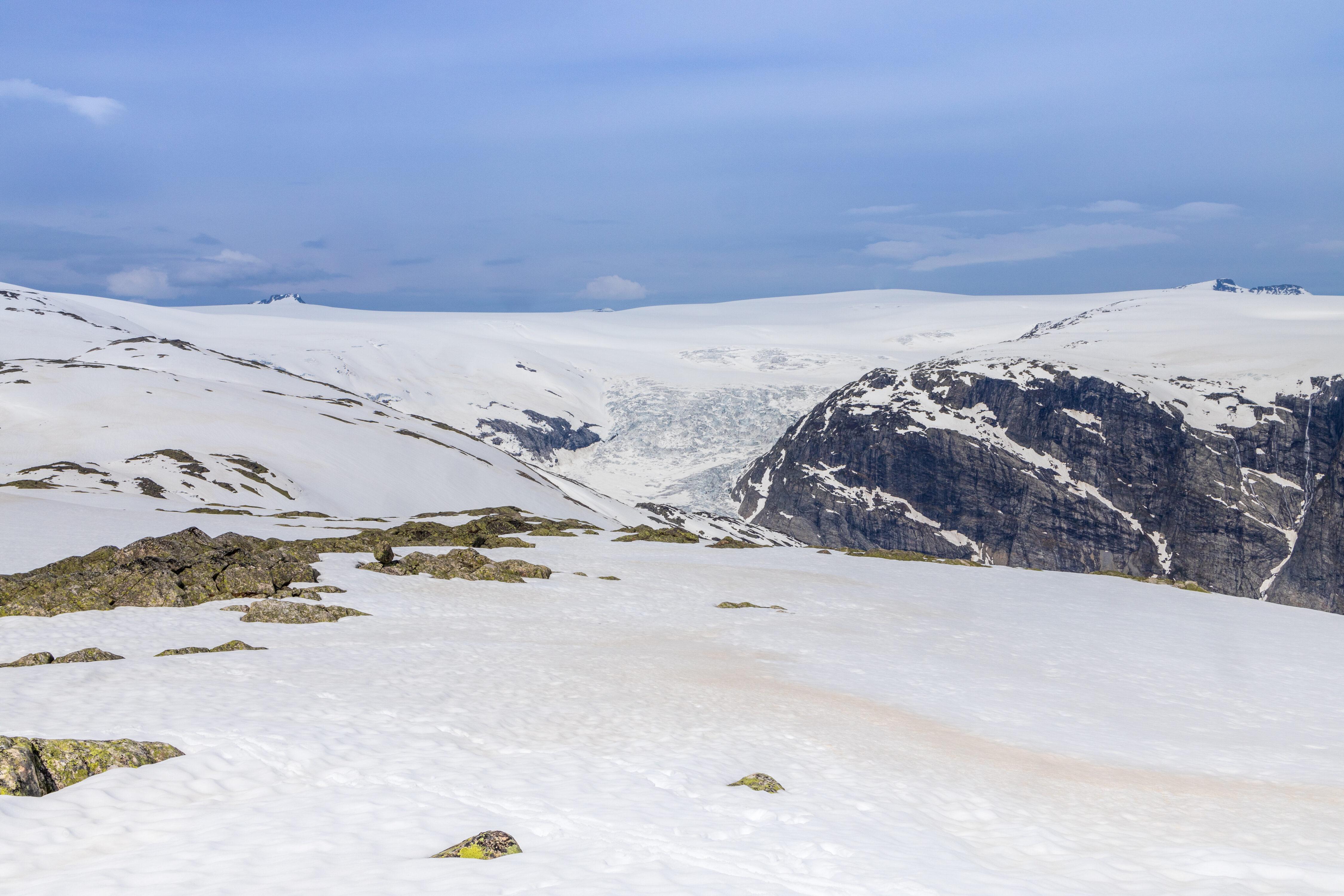 Fra Steinmannen ser en mot Jostedalsbreen og øvre del av Nigardsbreen.