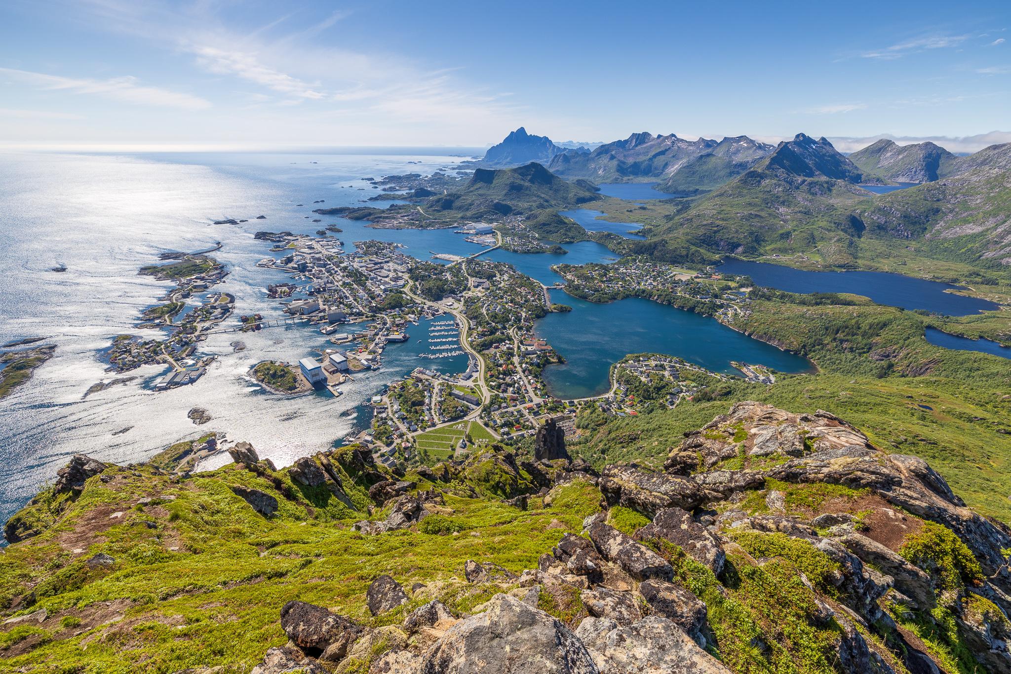 Utsikt over Svolvær fra sørvestryggen på Fløya.