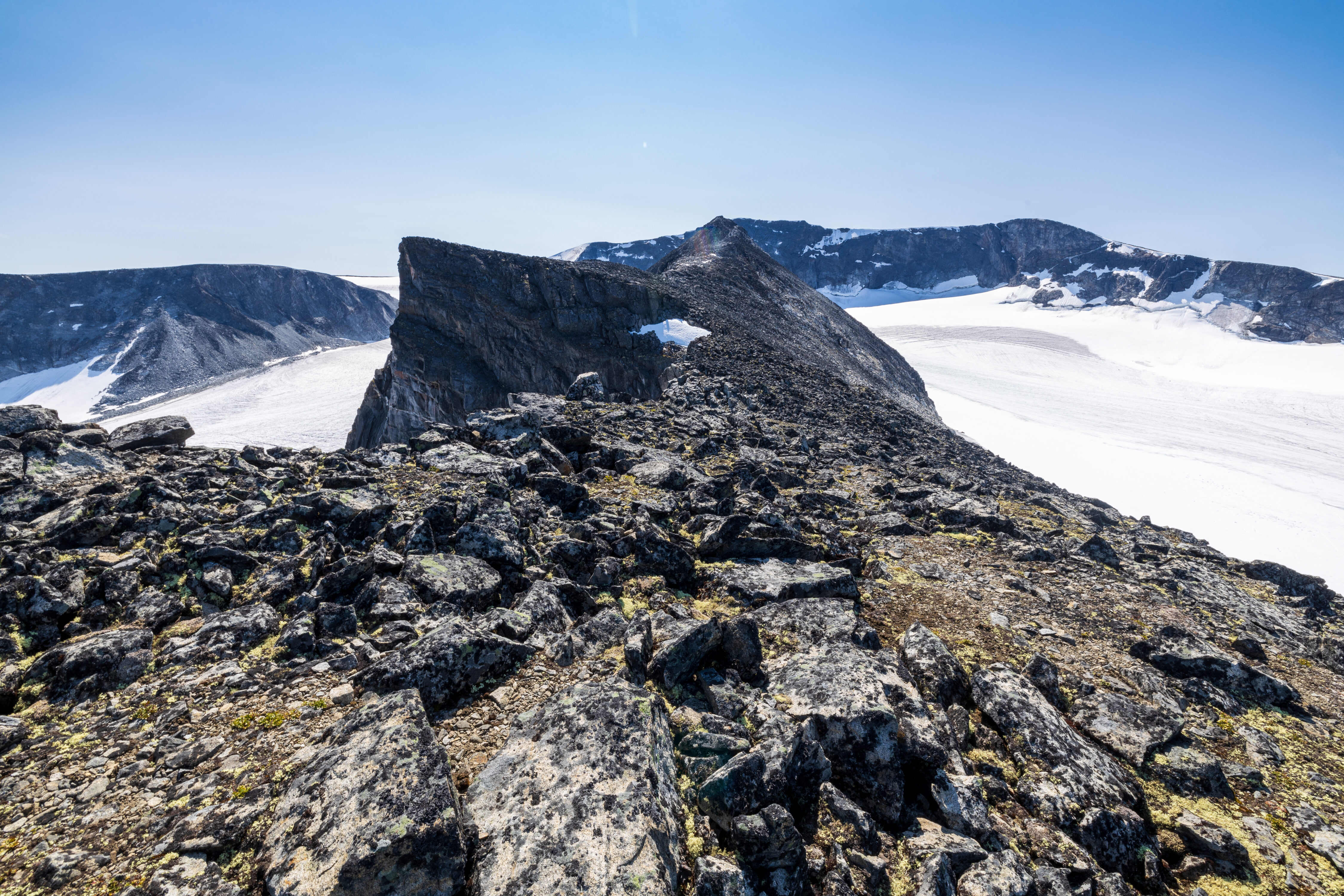 Ryggen av Trollsteineggje fra Dronningje.
