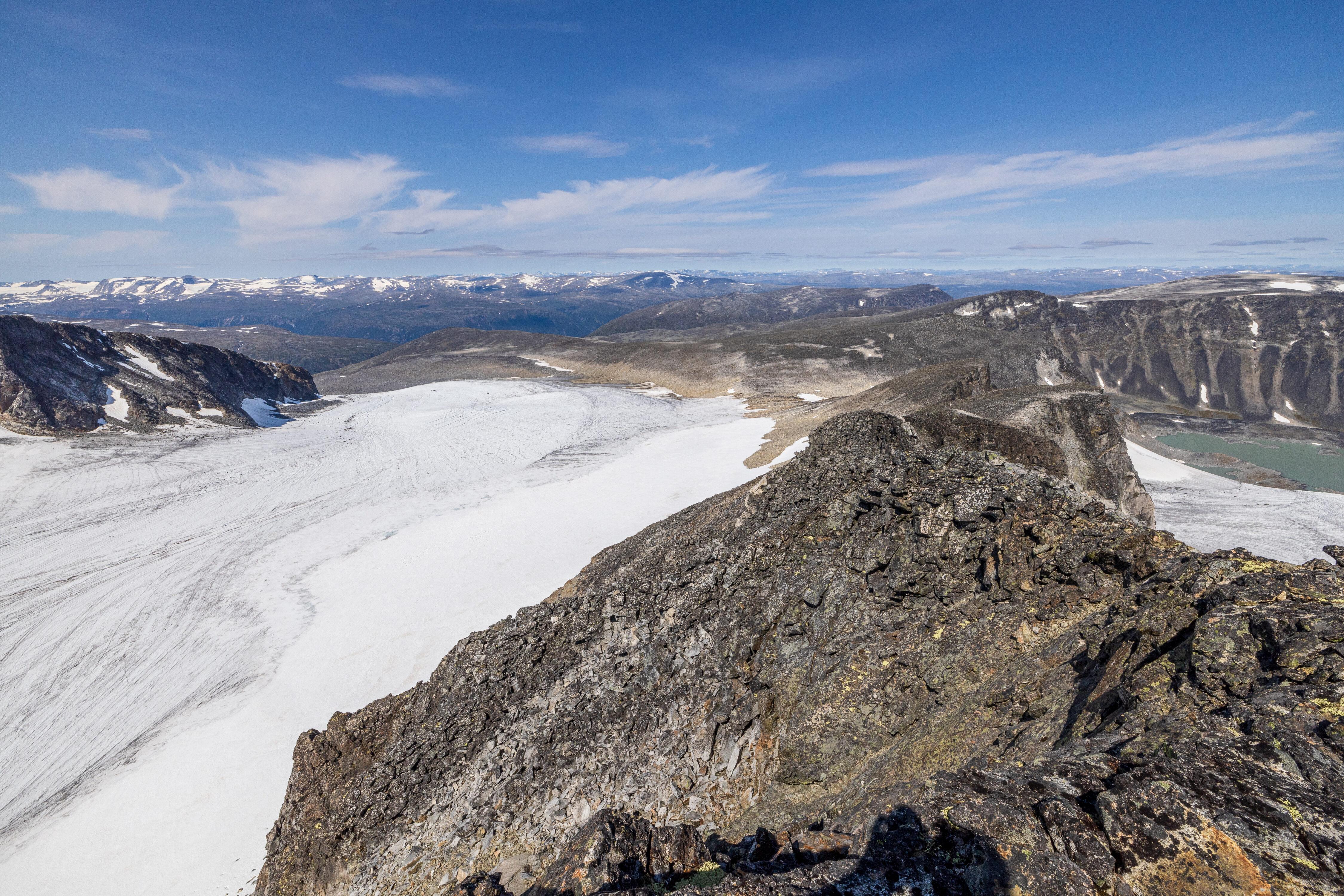 Utsikt fra toppen av Trollsteineggje over den vestlige delen av Grotbrean.