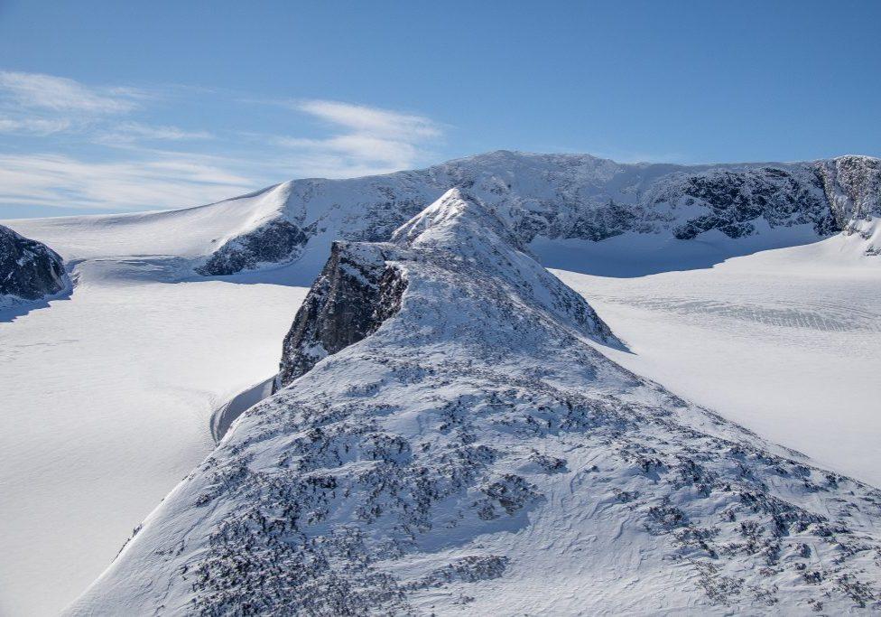 Trollsteineggje (2.300 moh) omgitt av Grotbrean og Glittertinden bak.