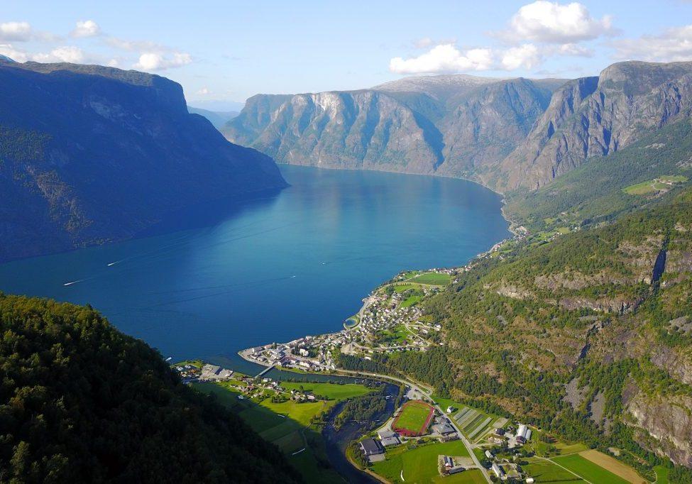 Utsikt fra Berget (808 moh) mot Aurlandsvangen og Aurlandsfjorden.