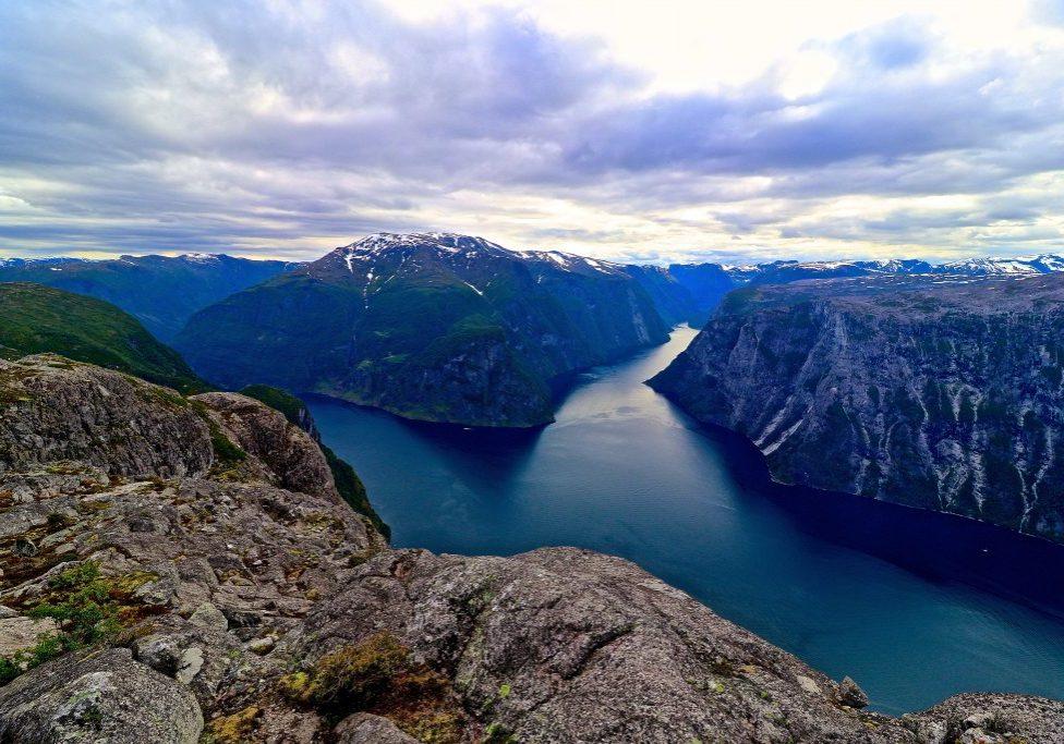 Kalvsnesnosi stuper ned i fjorden der Aulandsfjorden og Nærøyfjorden møtes.
