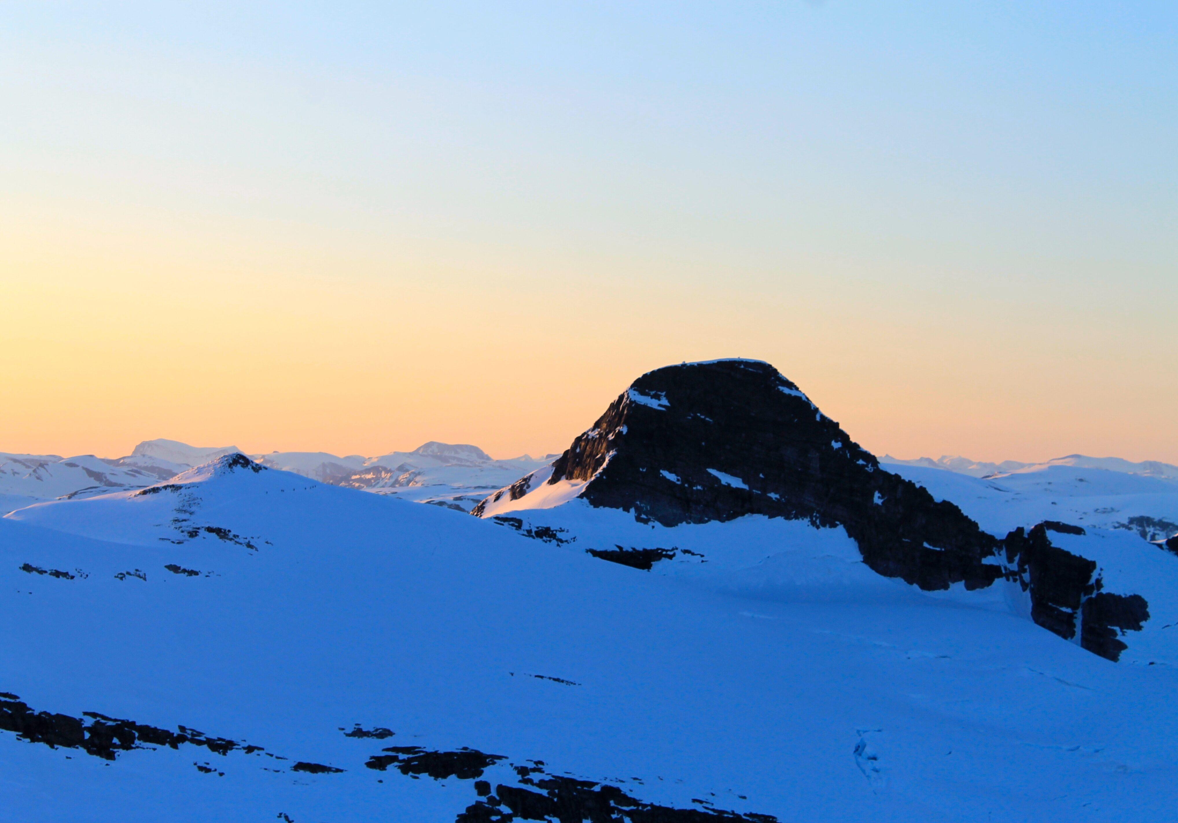 Lodalskåpa sett fra Brenibba i solnedgang.