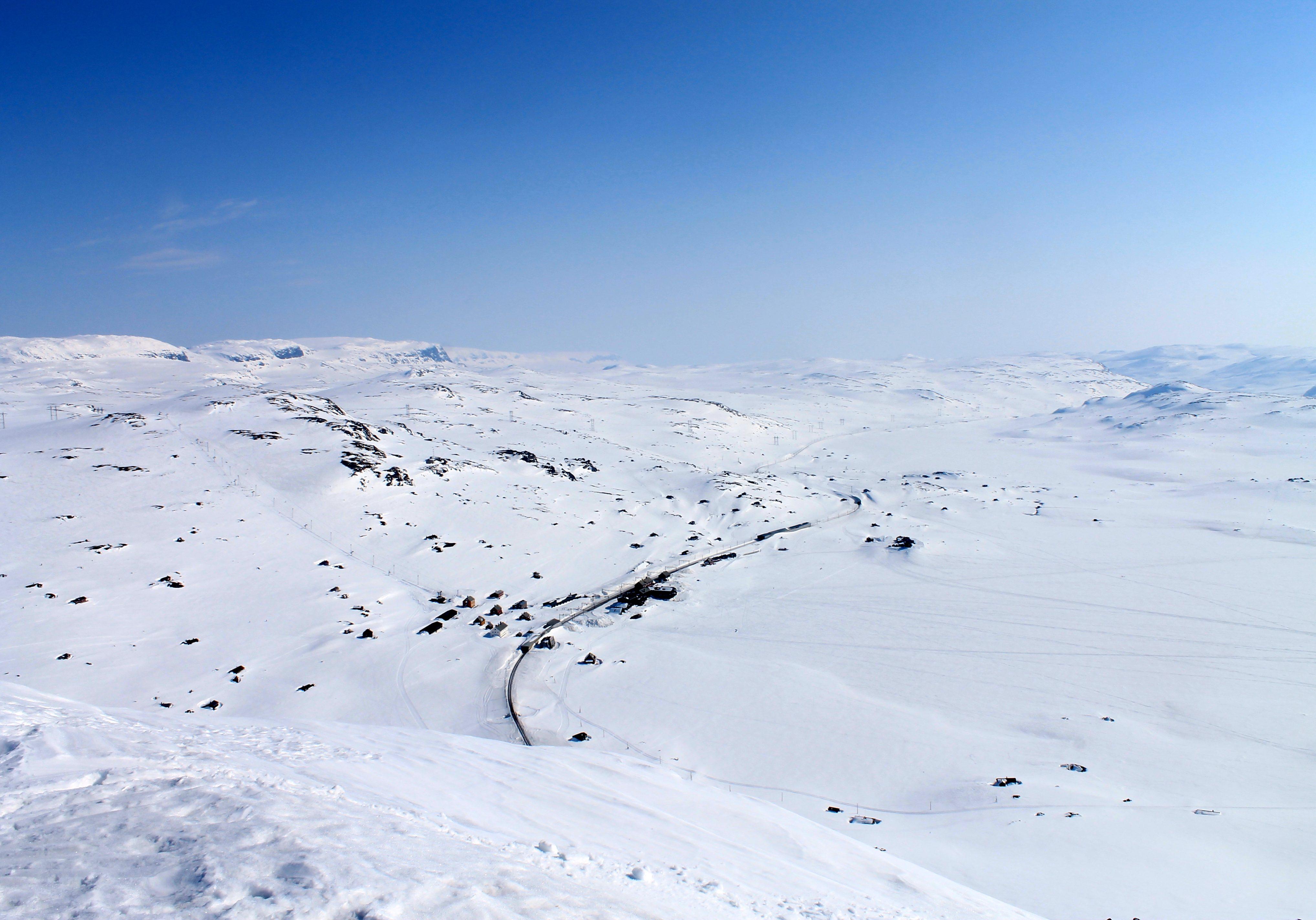 Utsikt over Finse fra Lille Finsenuten. Hallingskarvet strekker seg østover i bakgrunnen.