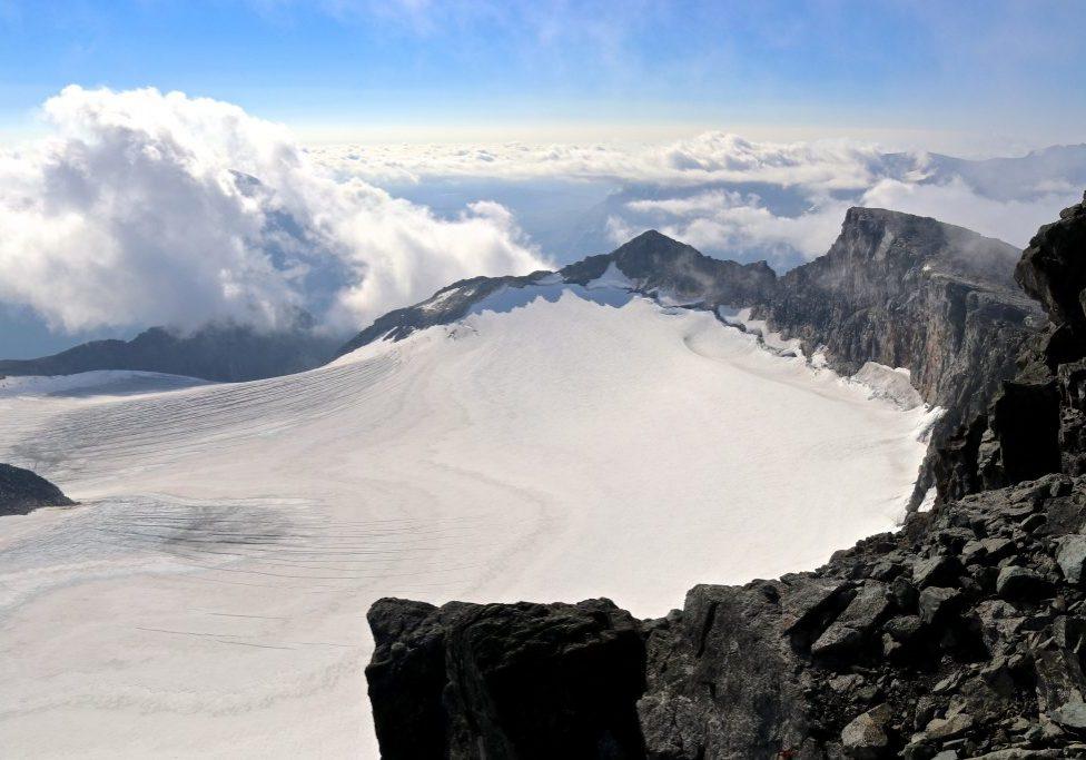 Utsikt fra Surtningssue (2.368 moh) mot Midtre Surningssue.