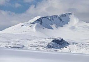 Fannaråki (2.068 moh) på Sognefjellet med Fannaråkbreen.