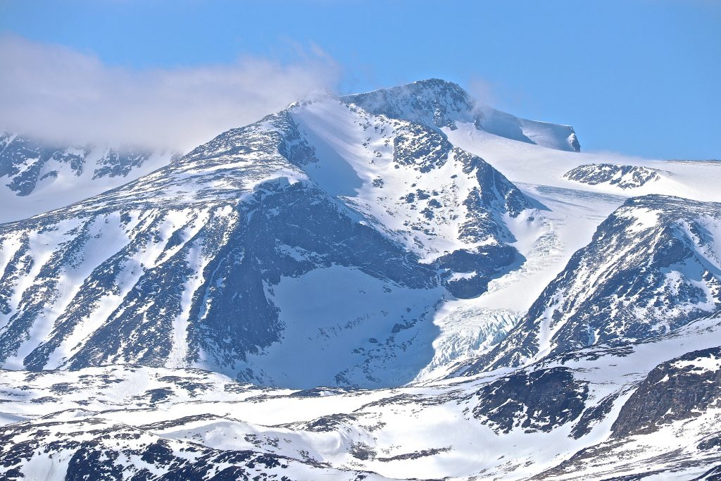 Jotunheimens massive Surtningssue (2.368 moh), her sett fra Knutshøe.