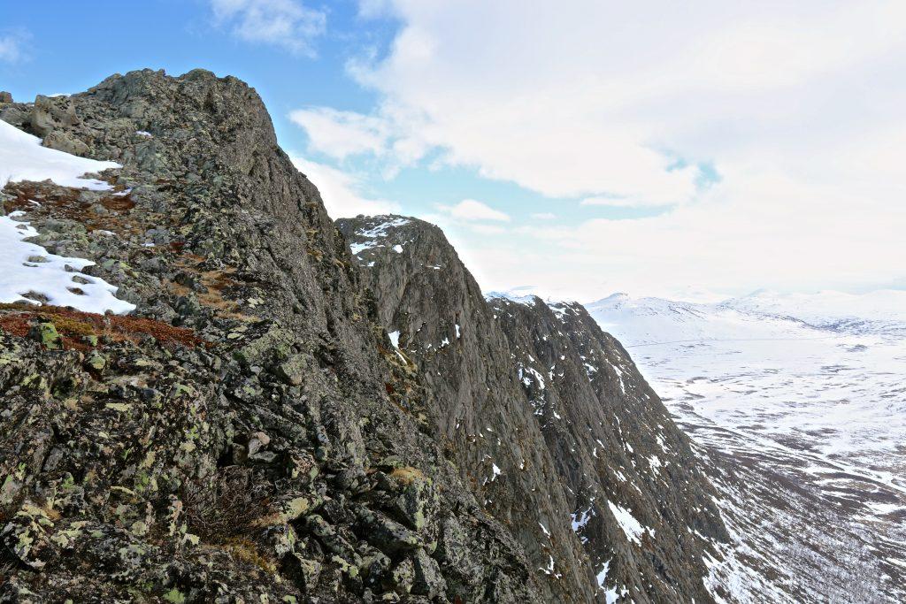 Knutshøe har stupbratte fjellsider, særlig ned mot Leirungdalen.