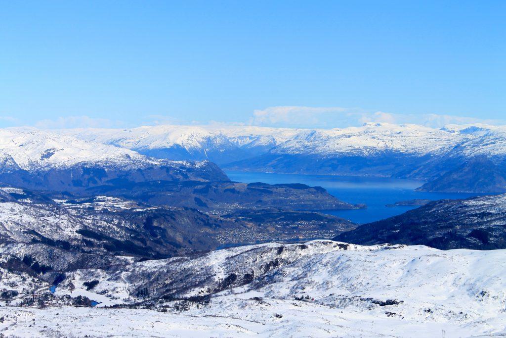 Utsikt fra Høganova mot Øystese, Hardangerfjorden og Hardangerjøkulen.