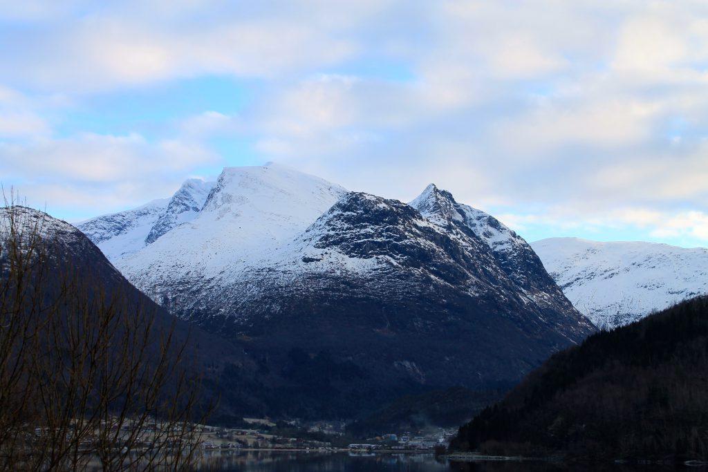 Skåla sett fra fjorden.