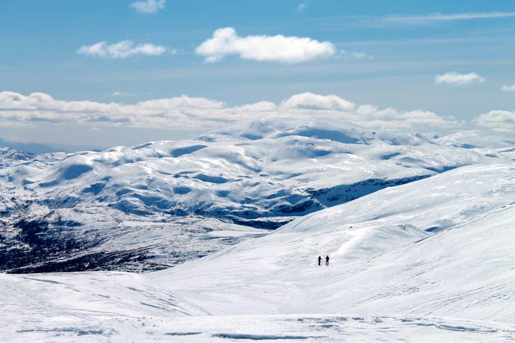 På ski ned Iendefjellet med utsikt mot Tveitakvitingen.