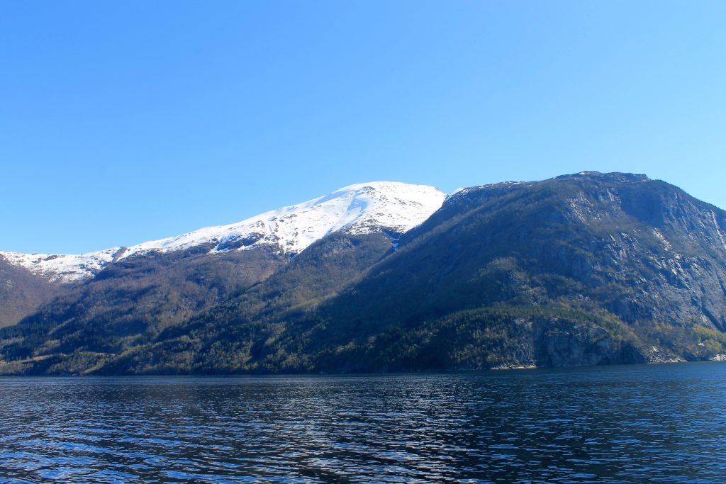 Oksen (1.241 moh) sett fra motsatt side av Granvinsfjorden