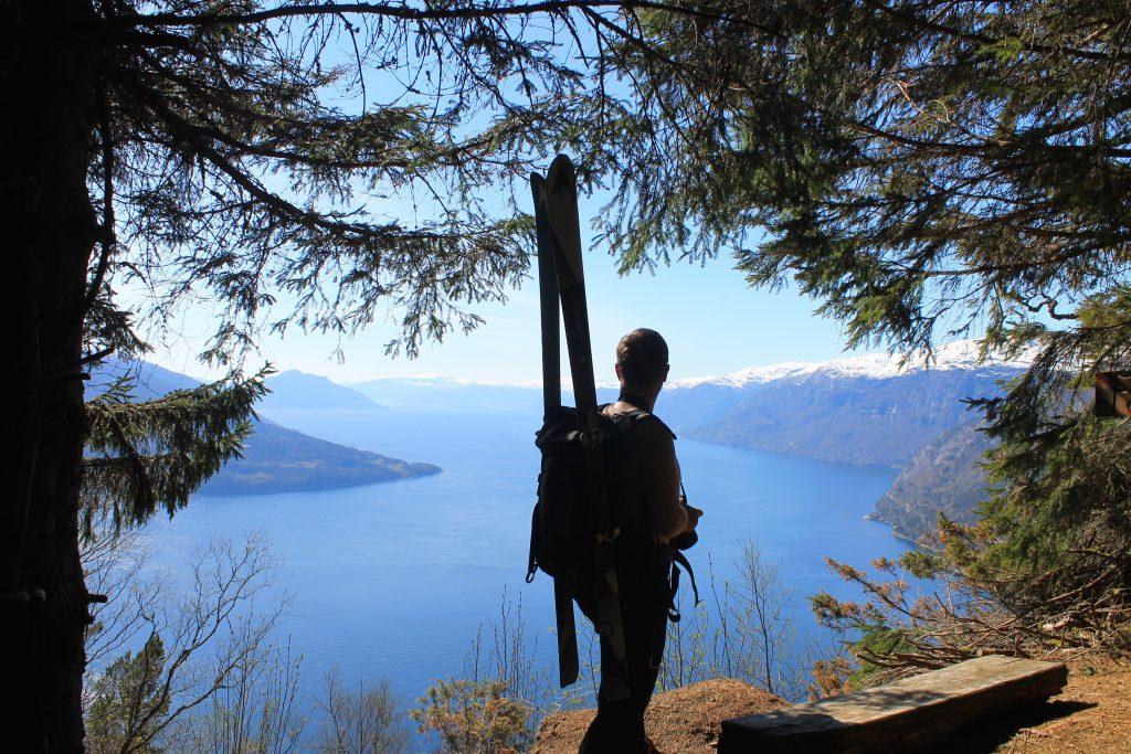 På benken på høyden Fjellbrune er det fint å sitte eller ta en stopp for å nyte utsikten over Hardangerfjorden.