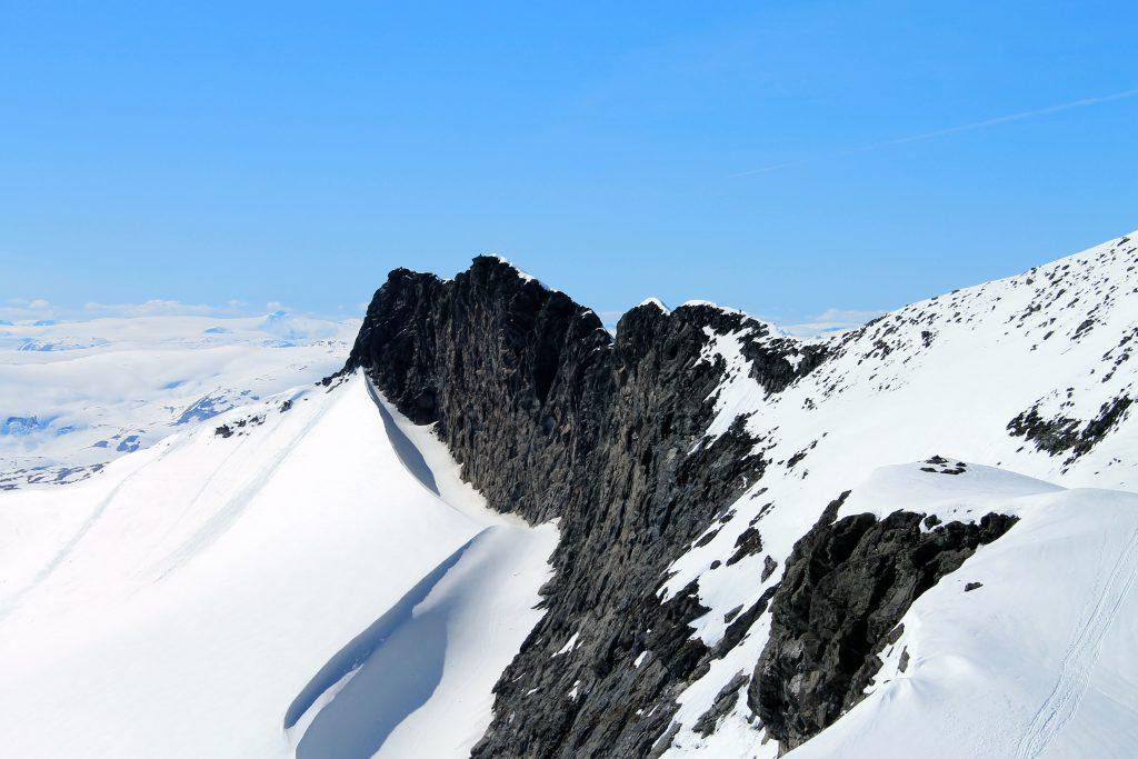 Den flotte ryggtraversen ut til toppen Skeie.