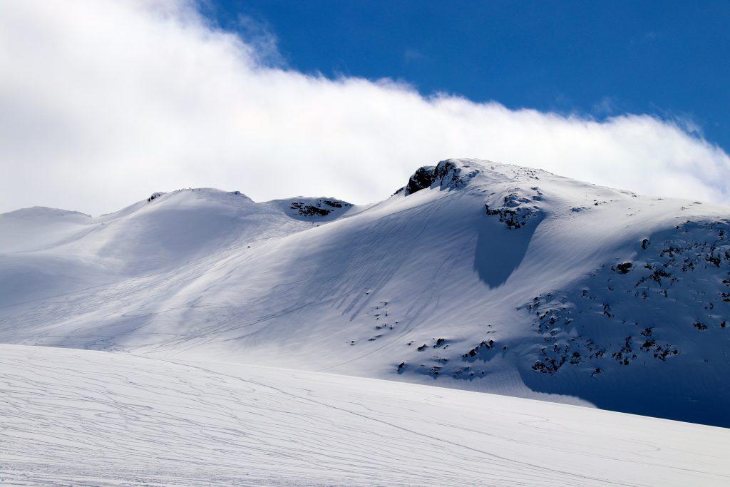 Kalven er en flott topptur på ski vinterstid med flott og variert skikjøring.