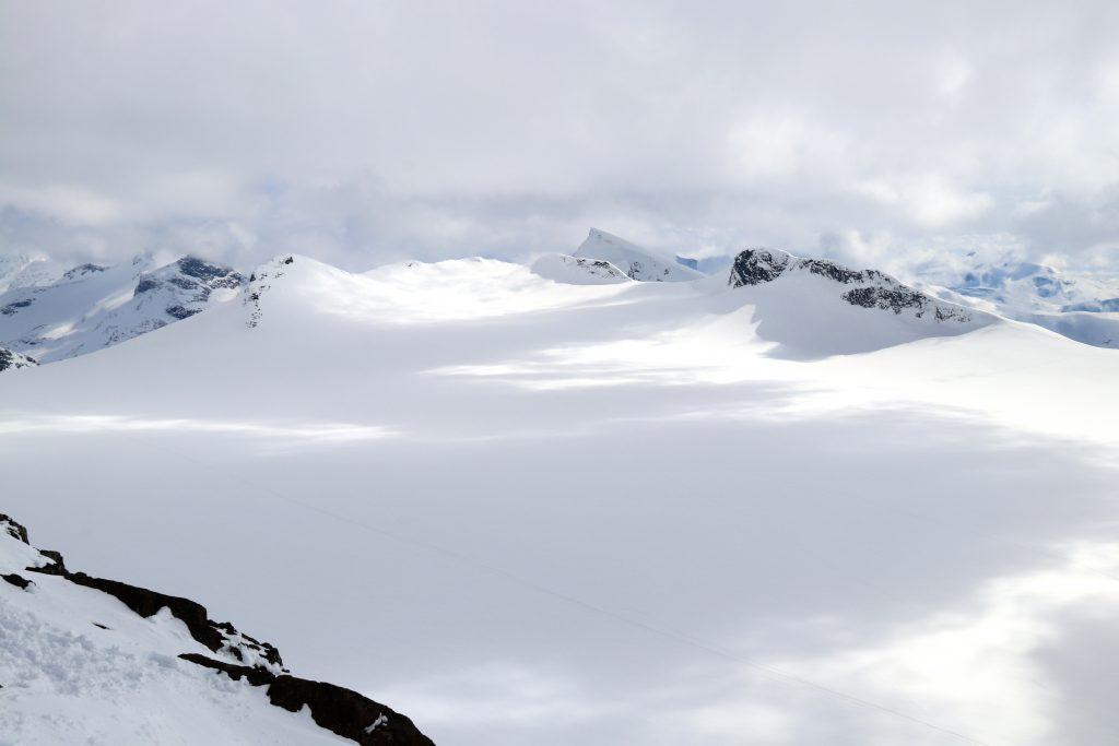 Utsikt fra Kalven, sørover Smørstabbrean mot Søre Smørstabbtindan og Gravdalstinden.