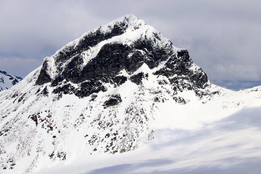 Store Smørstabbitnden (2.208 moh) sett fra Kalven.
