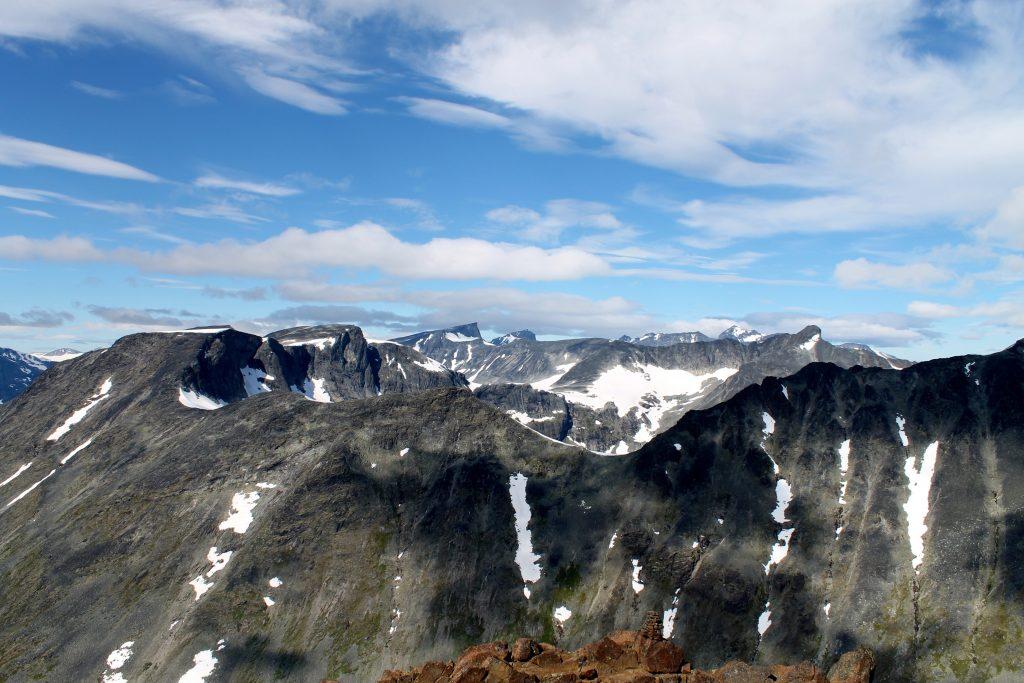Utsikt nordover fra toppen av Kyrkja. Ser du Galdhøpiggen stikke opp i bakgrunnen?