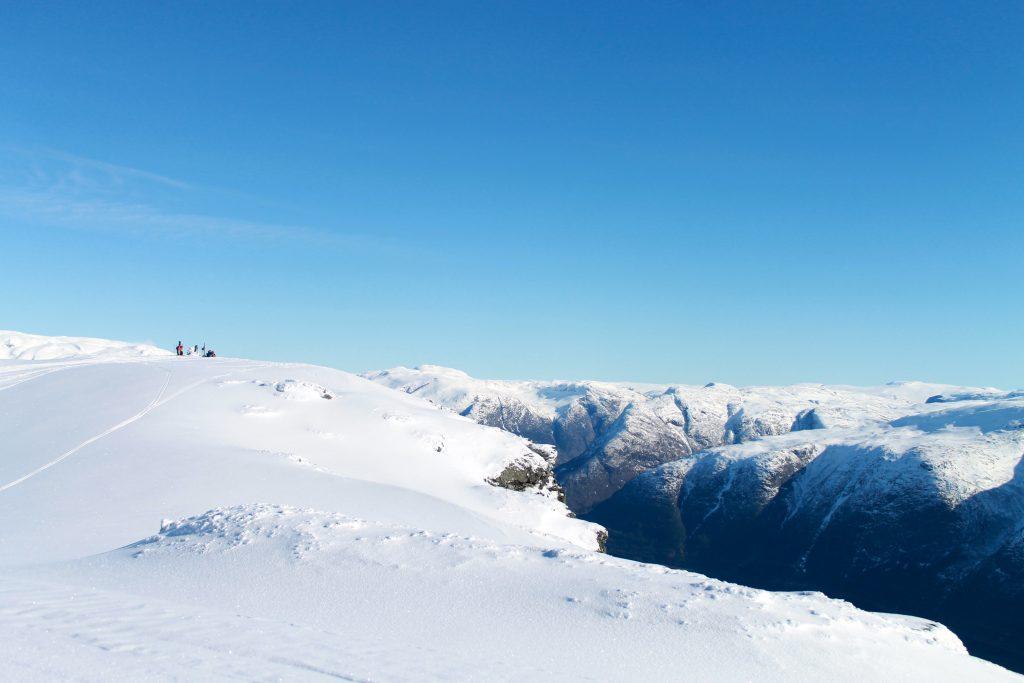 Fra toppen av Midtfjell går det stupbratt ned mot Hardangerfjorden.