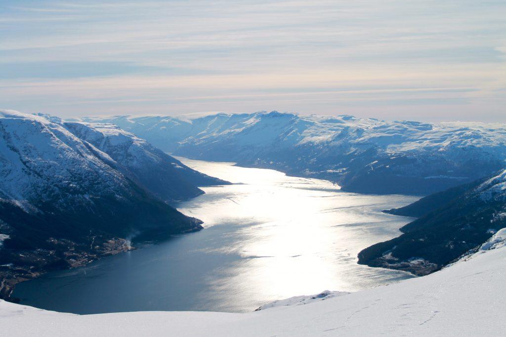 Utsikt mot Sørfjorden og Folgefonna.