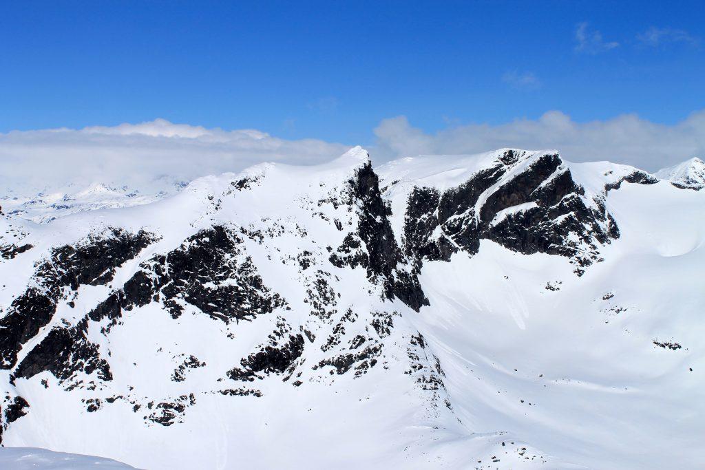 Utsikt mot nabotoppen Slettmarkpiggen (2.122 moh)