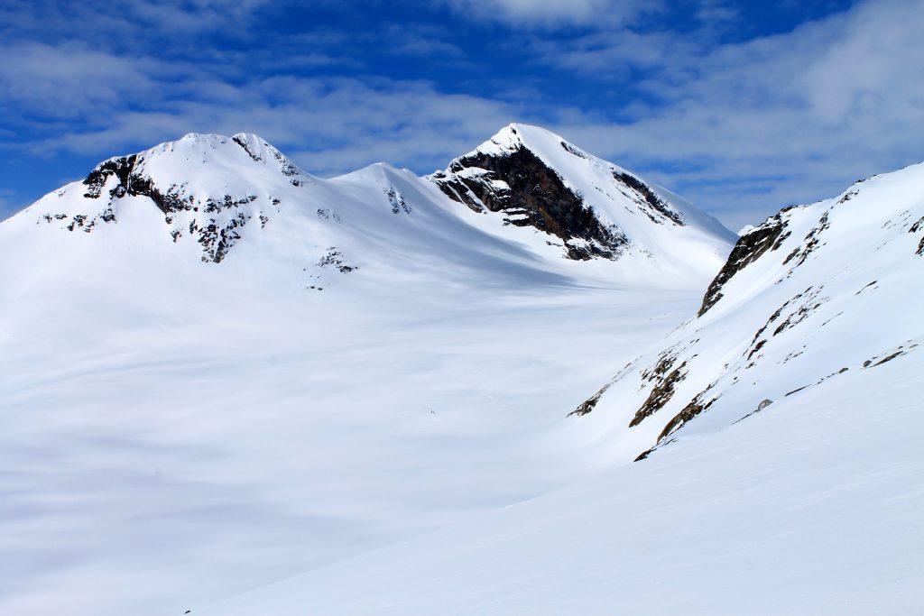 Fra Langeskavlen kan en ta seg ned på Uranosbreen og avlegge et besøk på Uranostinden (2.157 moh).