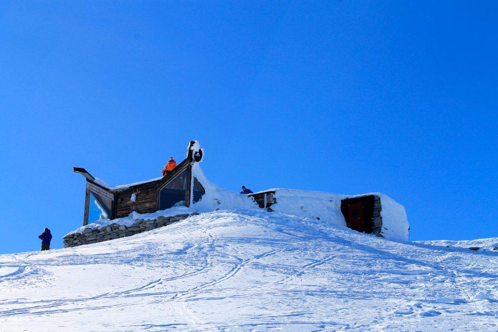Hytten på toppen av Galdhøpiggen en flott vinterdag.
