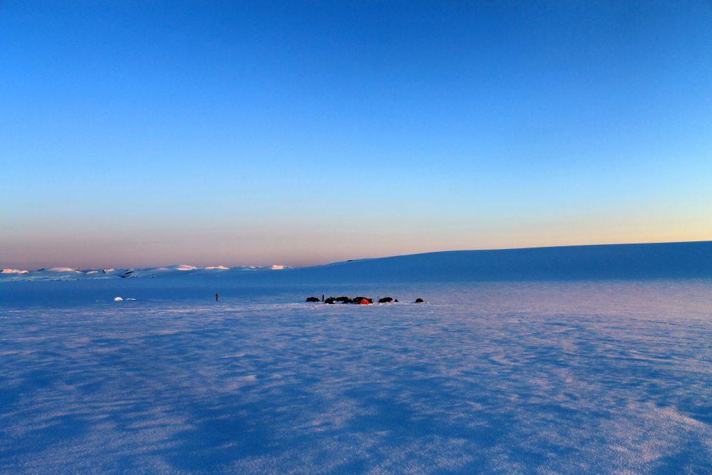 Leir på Jostedalsbreen ved foten av Brenibba.