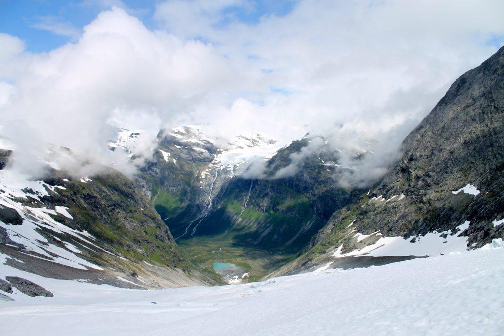 Utsikt ned i Bødalen fra øvre delen av Bødalsbreen.