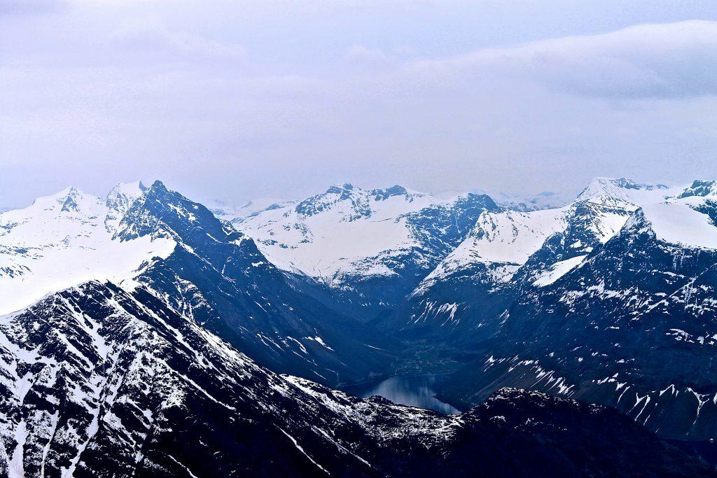 Utsikt fra toppen mot Øye og Slogen (1.564 moh).