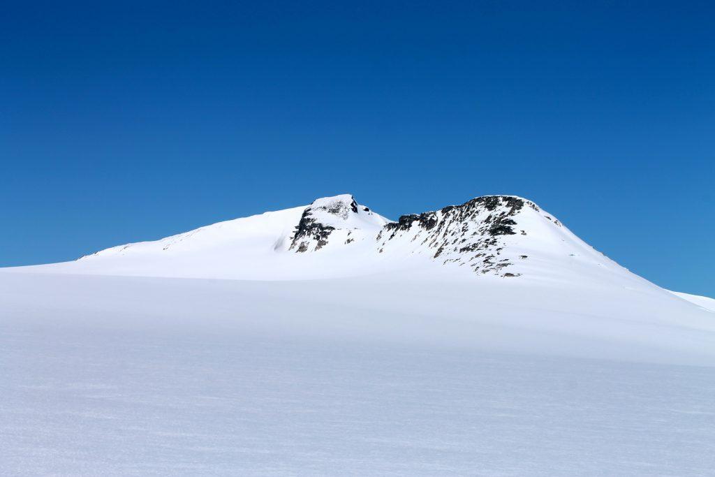 Brenibba (2.018 moh) er en enkel topp å stikke innom under Josten på langs.