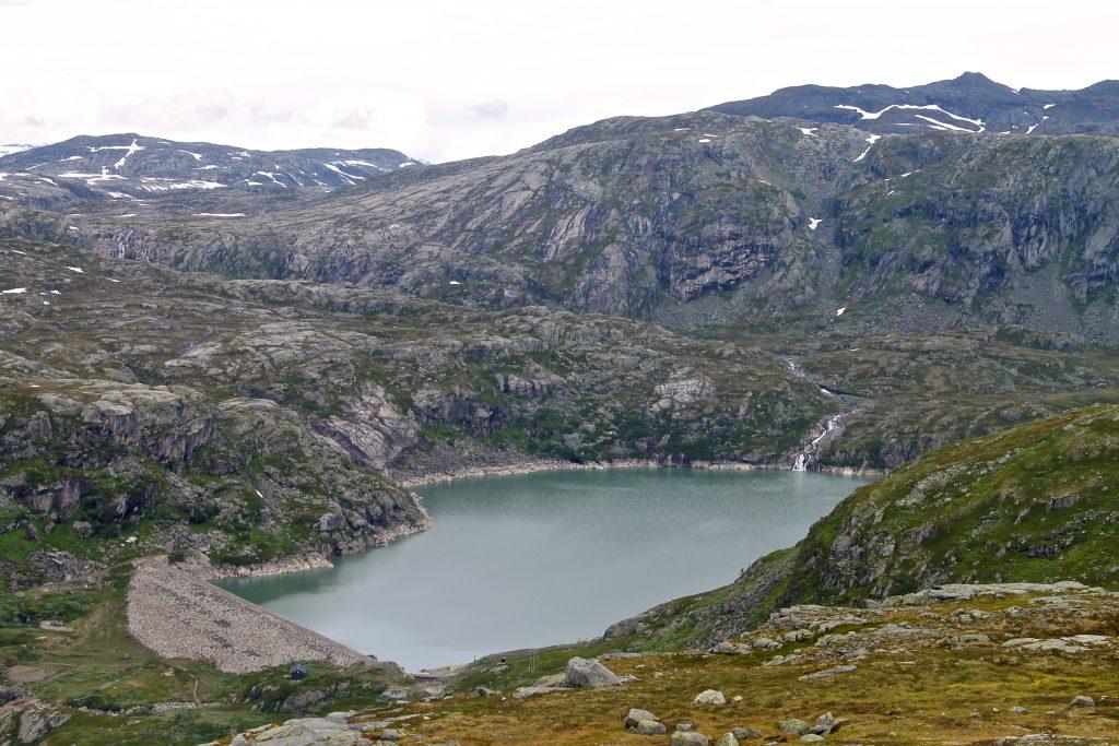 Rembesdalssetra ligger ved det regulerte vannet Rembesdalsvatnet.