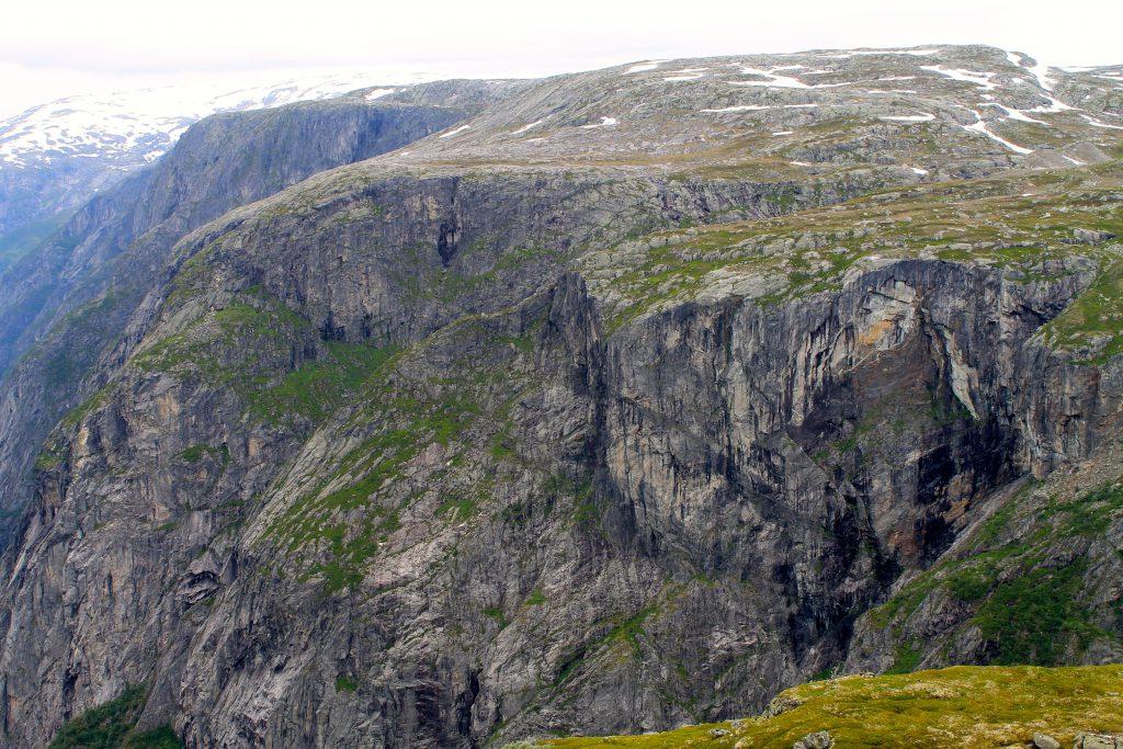 Fjellsidene rund Simadalen er imponerende med sine voldsomme stup.