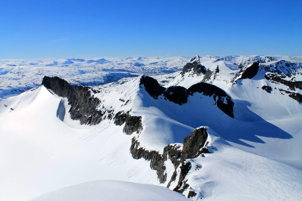Smørstabbtindan sett fra Storebjørn. Smørstabbtindtraversen er en lang men flott tur gjennom hele massivet.