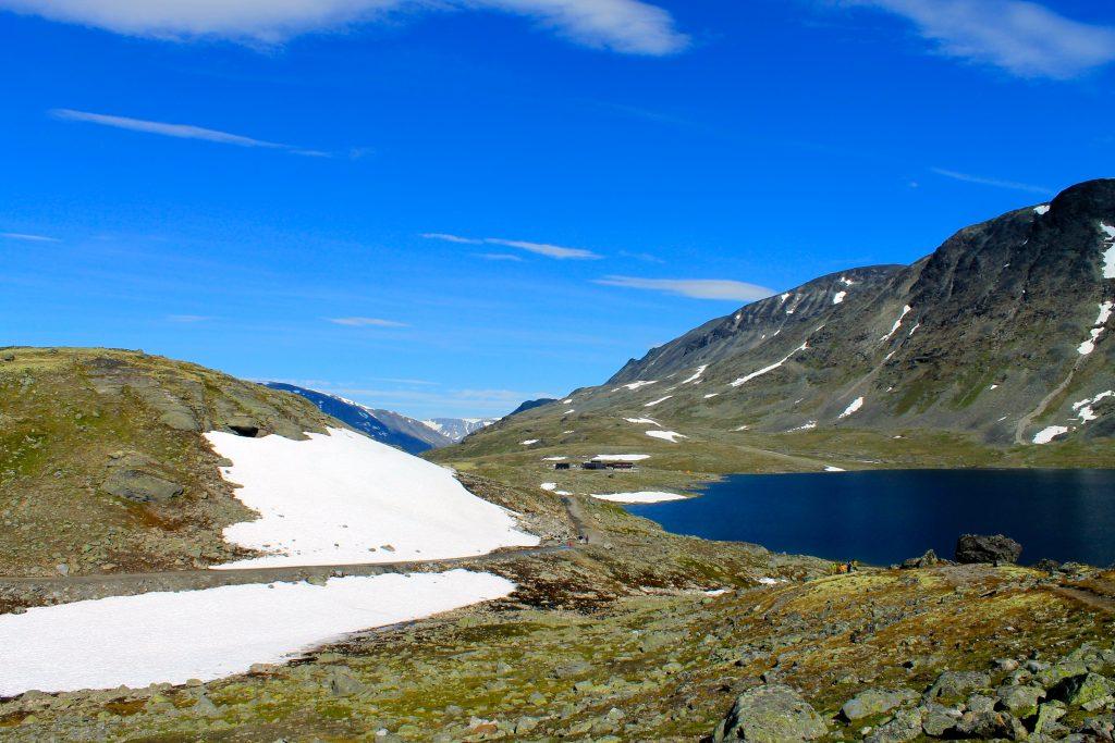 Leirvassbu ligger idyllisk til ved Leirvatnet i Jotunheimen.