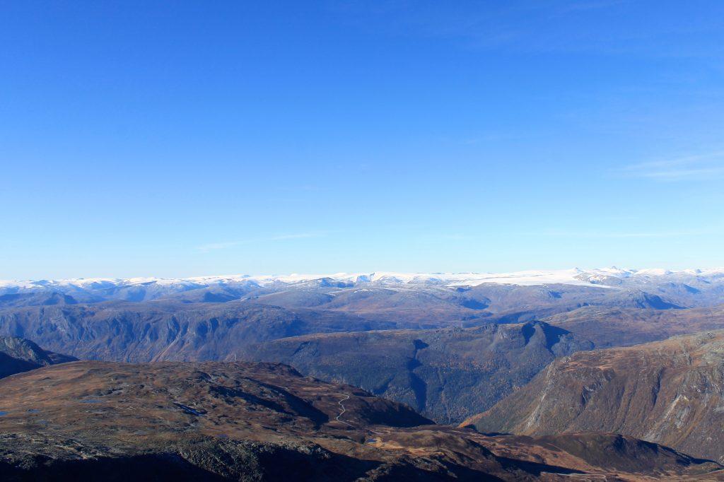 Den langstrakte Jostedalsbreen med Lodalskåpa til høyre, sett fra Hurrungane.