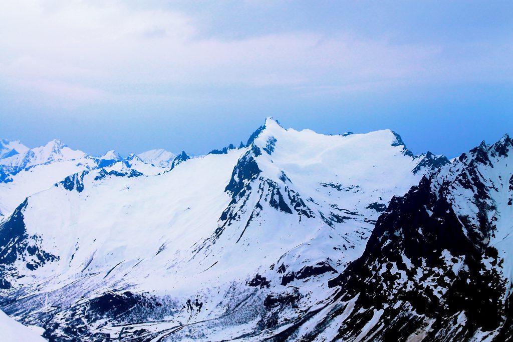 Kolåstinden (1.432 moh) er regnet for å være Sunnmøres mest populære påsketur på ski. Her med Noklane og Fingeren ved sin side.