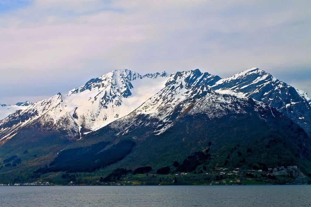 Dalegubben (1.344 moh) er i følge Slingsby en enda flottere topptur enn Slogen. Skituren går en enklest fra Sæbø.