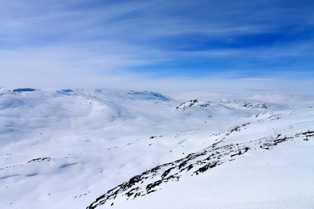 Den østlige siden av Hardangerjøkulen sett fra Finnsberg (1.487 moh). Fjellpasset midt i bildet utgjør siste del av ruten mellom Kjeldebu/Krækkja og Finse.