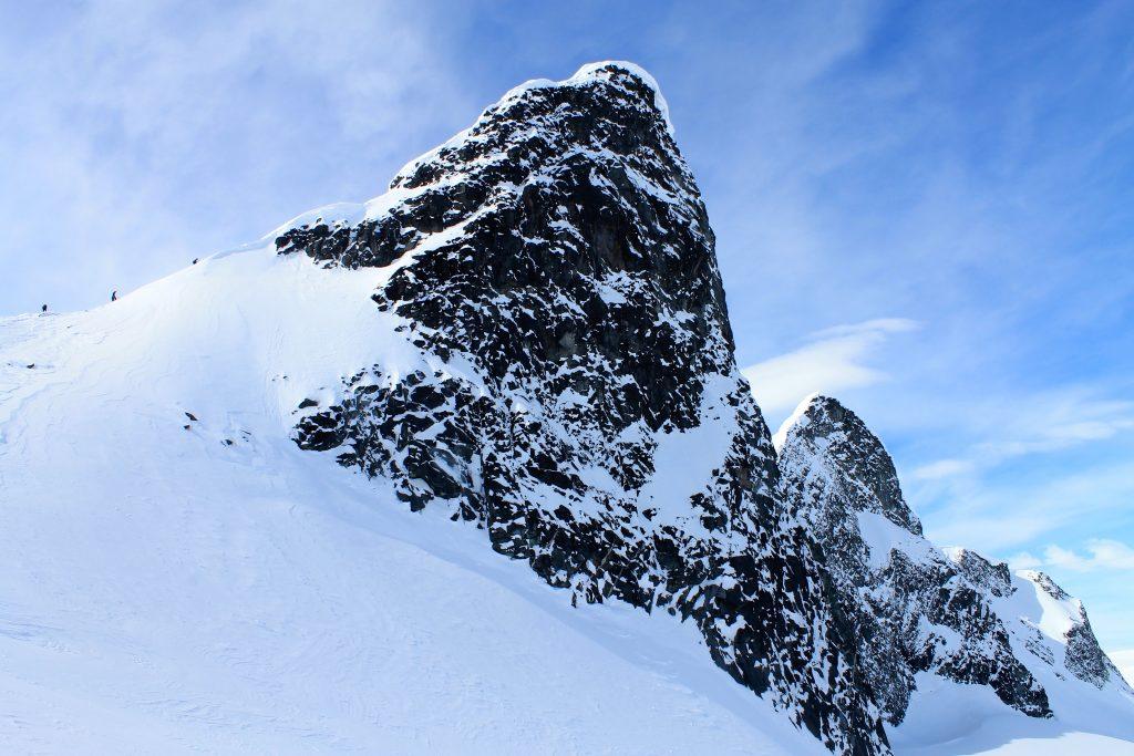 Kniven (2.133 moh) er en av de kvasse tindene i Smørstabbtindmassivet som er fin å bestige på en flott vårskitur.