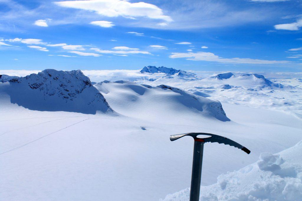 Utsikt fra Kniven i Smørstabbtindan mot Leirbrean, Skeie og Kalven. Bak i bildet ser vi Hurrungane og Fannaråken.