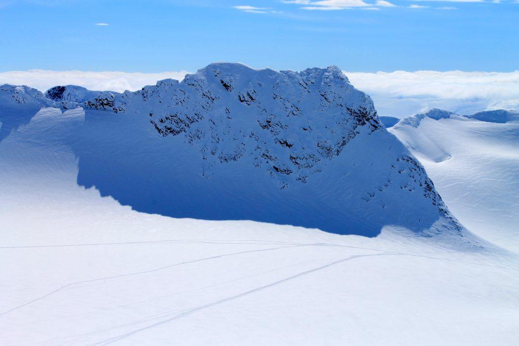 Skeie (2.118 moh) sett fra Kniven (2.133 moh).