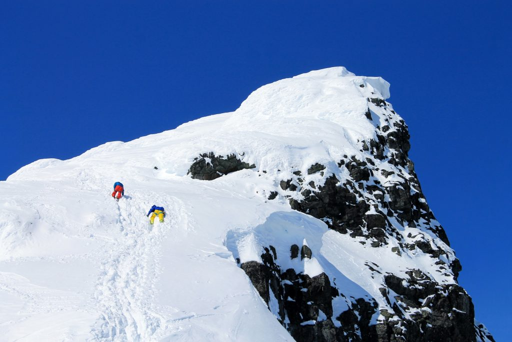 Lett klyving mot toppen av Kniven (2.133 moh). Ved isete og mer krevende forhold er stegjern og isøks grei å ha.