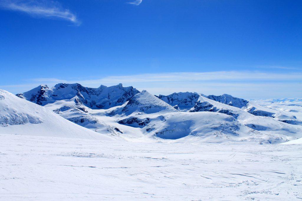 Utsikt fra Steidalsnosi fra Hurrungane. Skagestølstindene, Dyrhaugstindene og Soleitindane.